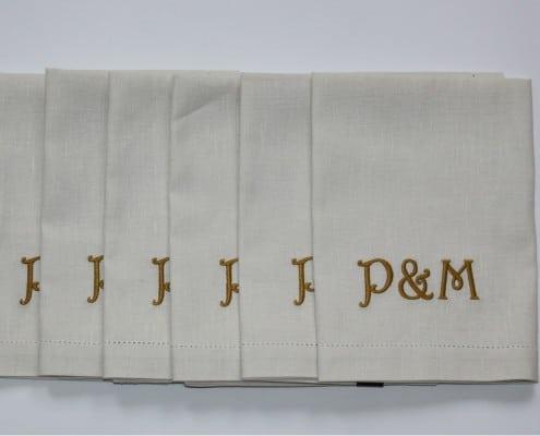 Servetten met monogram voor een trouwfeest