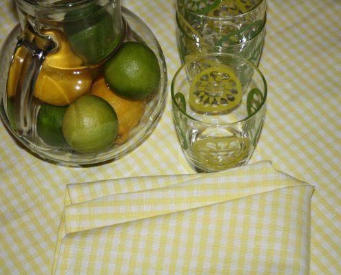 Tafellinnen set, 4 servetten met tafelkleed en een geborduurde naam of monogram in de kleur geel wit
